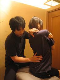 4.検査(背骨の柔軟性を診ているところ)