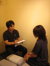 3.問診(問診表に基づき痛いところ、気になる症状、生活習慣などを詳しくお伺いします)