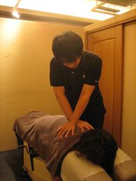 5.治療(背骨周囲の緩和操作をしているところ)